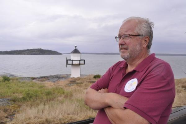 en man tittar ut över havet
