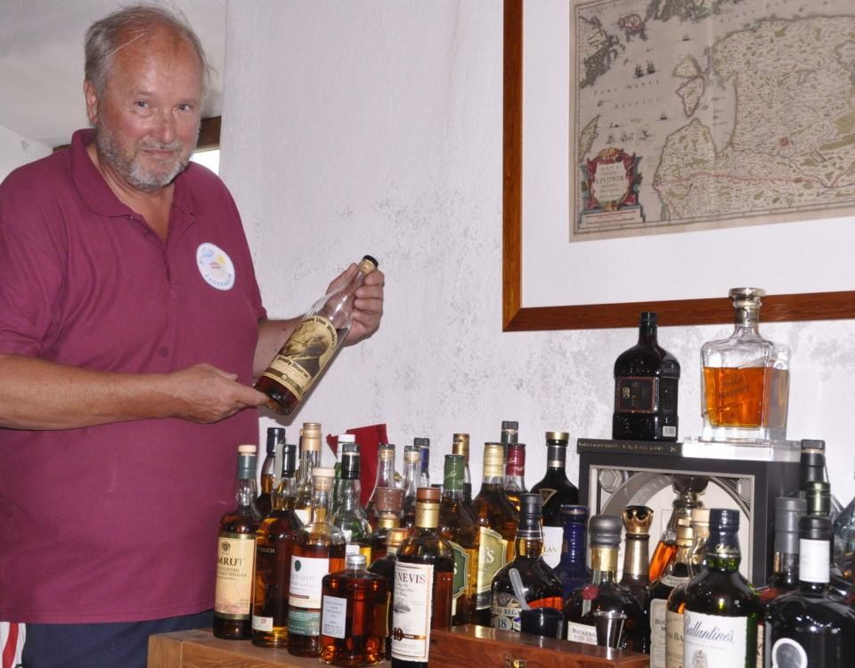 en man håller i en whiskyflaska