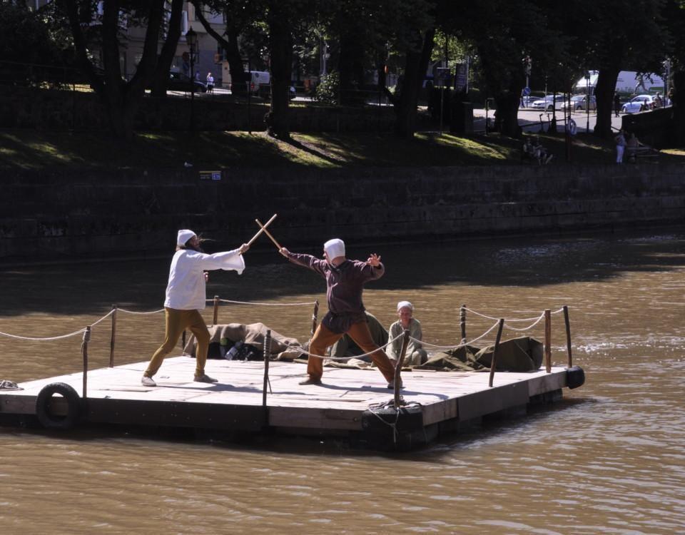 två män slåss på en flotte