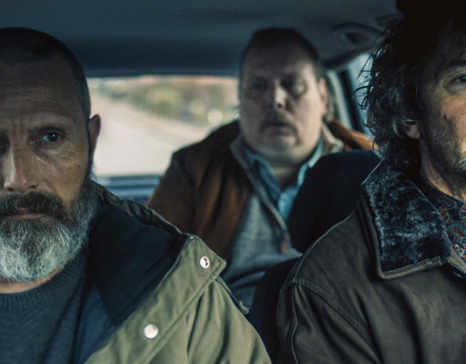 fyra män sitter i en bil