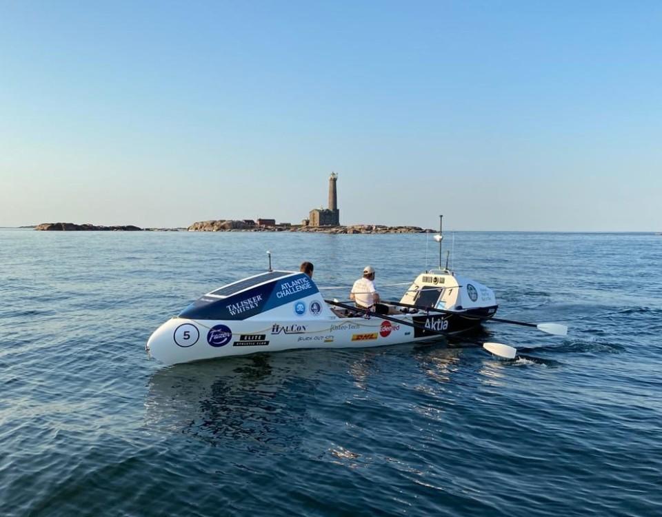 En tävlingsroddbåt med plats för två ror förbi Bengtskär