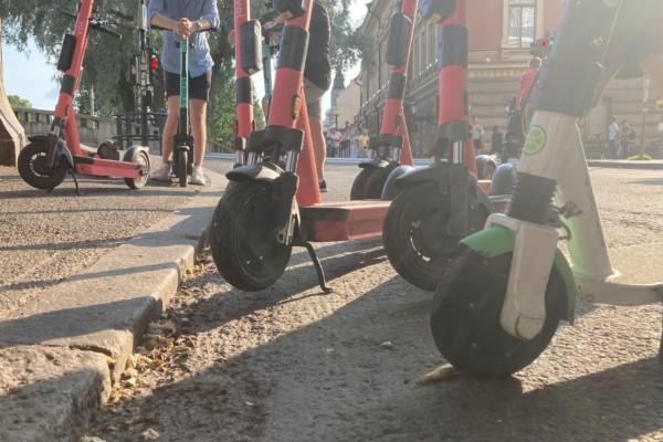 Elsparkcyklar på en gata.