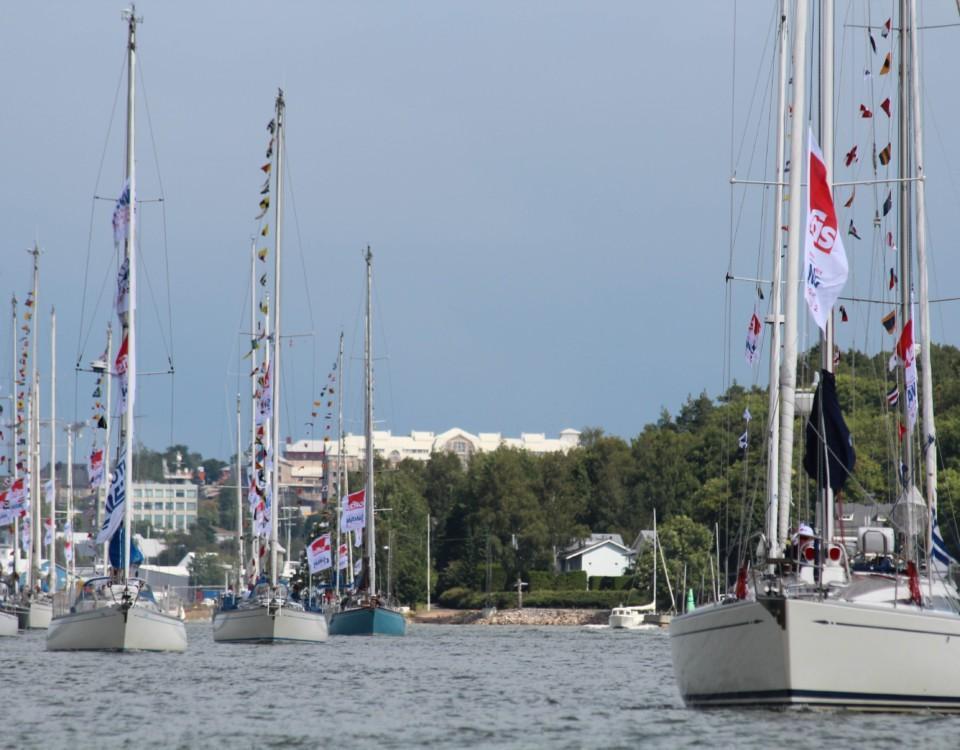 Segelbåtar med festflaggning.
