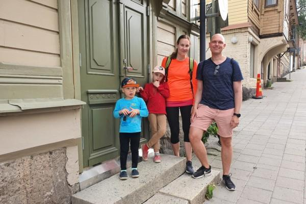 En familj som står på en trappa.