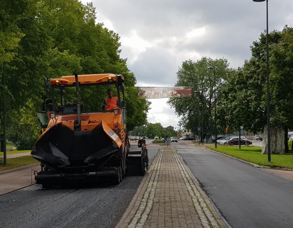 orange asfalteringsmaskin på Strandvägen i Pargas