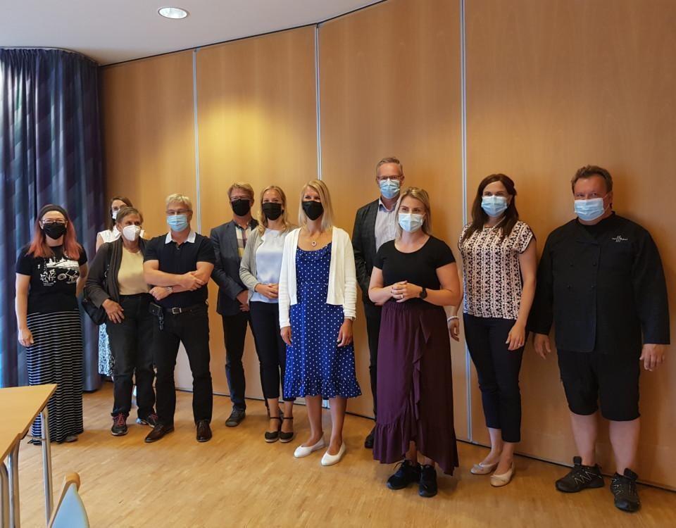 riksdagsledamöter och tjänstemän från Pargas stad med munskydd på gruppbild