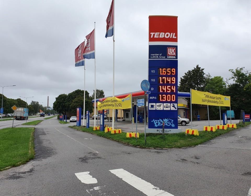 En bensinmack på en gata.
