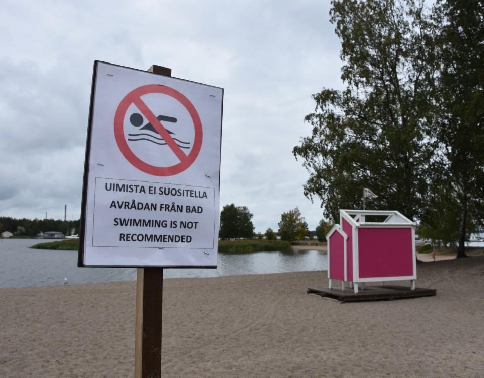 en skylt som indikerar simförbud