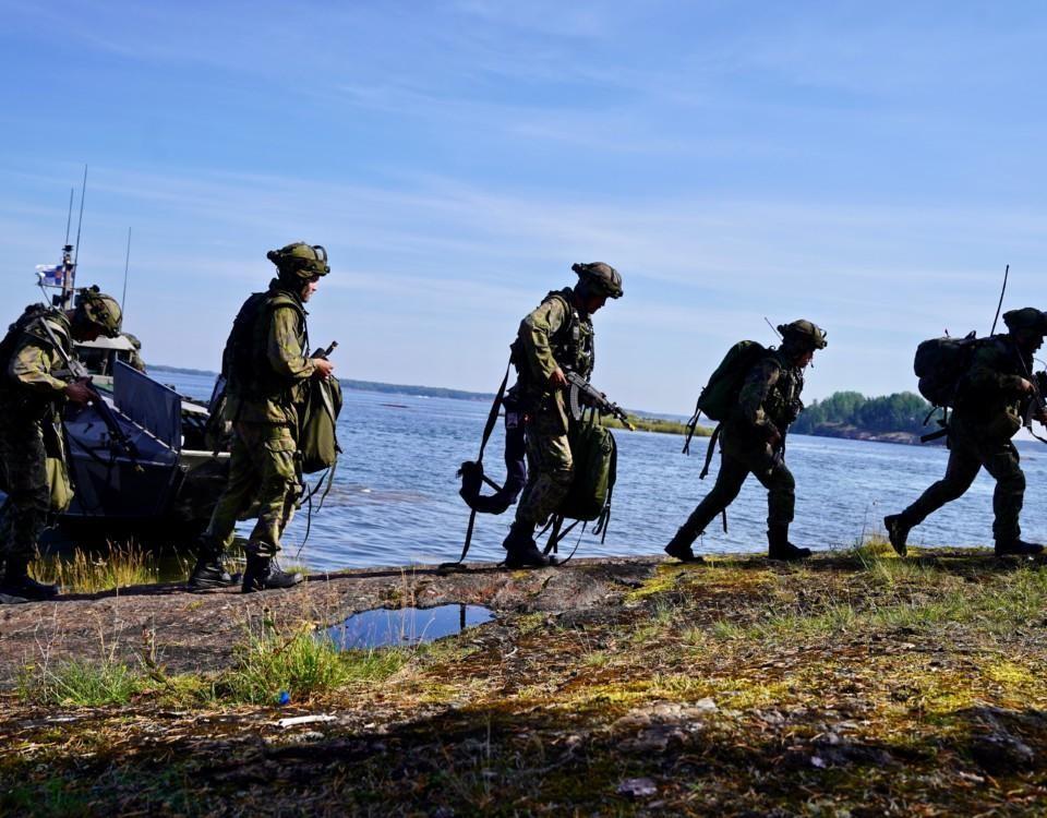 militärklädda personer på en ö i skärgården
