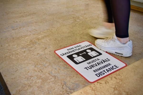 En skylt som påminner om skyddsavstånd.