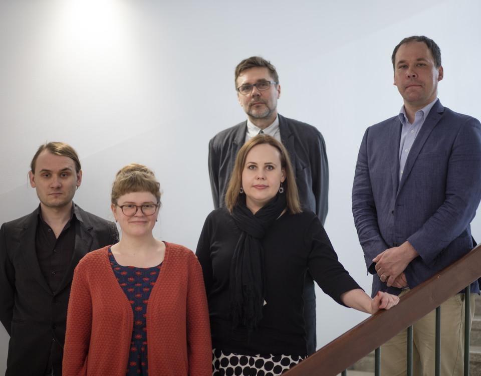 fem personer som står i en trappa