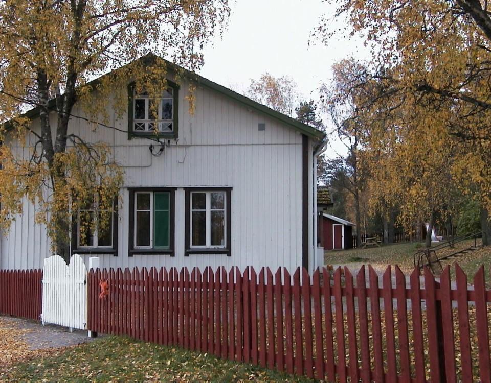 en vit träbyggnad