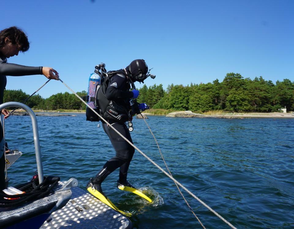 en dykare ska precis hoppa i vattnet