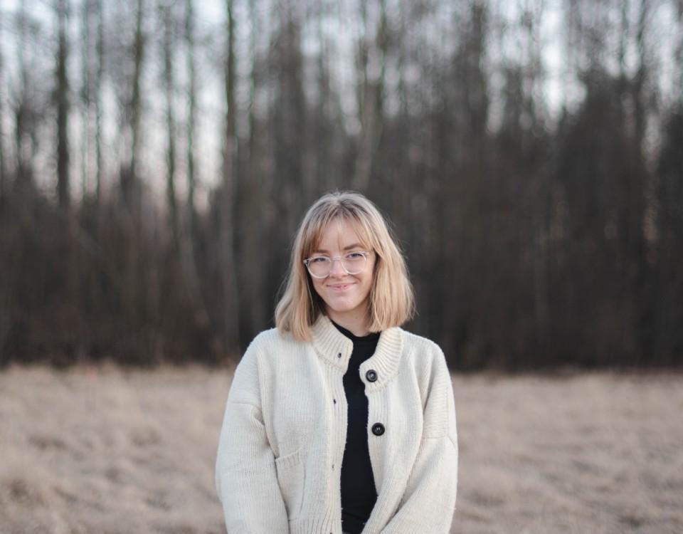 Ung kvinna ute på fält