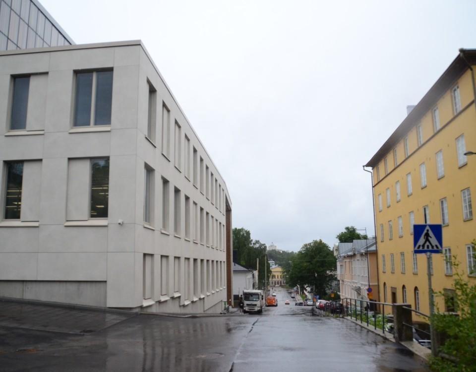 Stora byggnader vid en regnig gata i ÅA campus