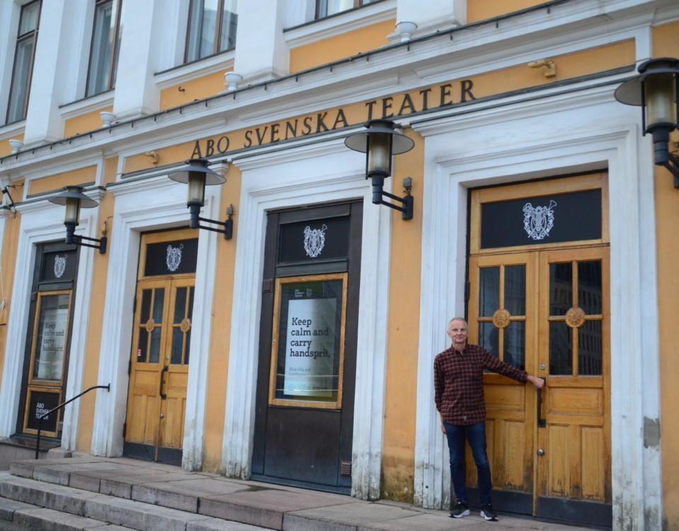 Man står framför Åbo svenska teaters dörrar