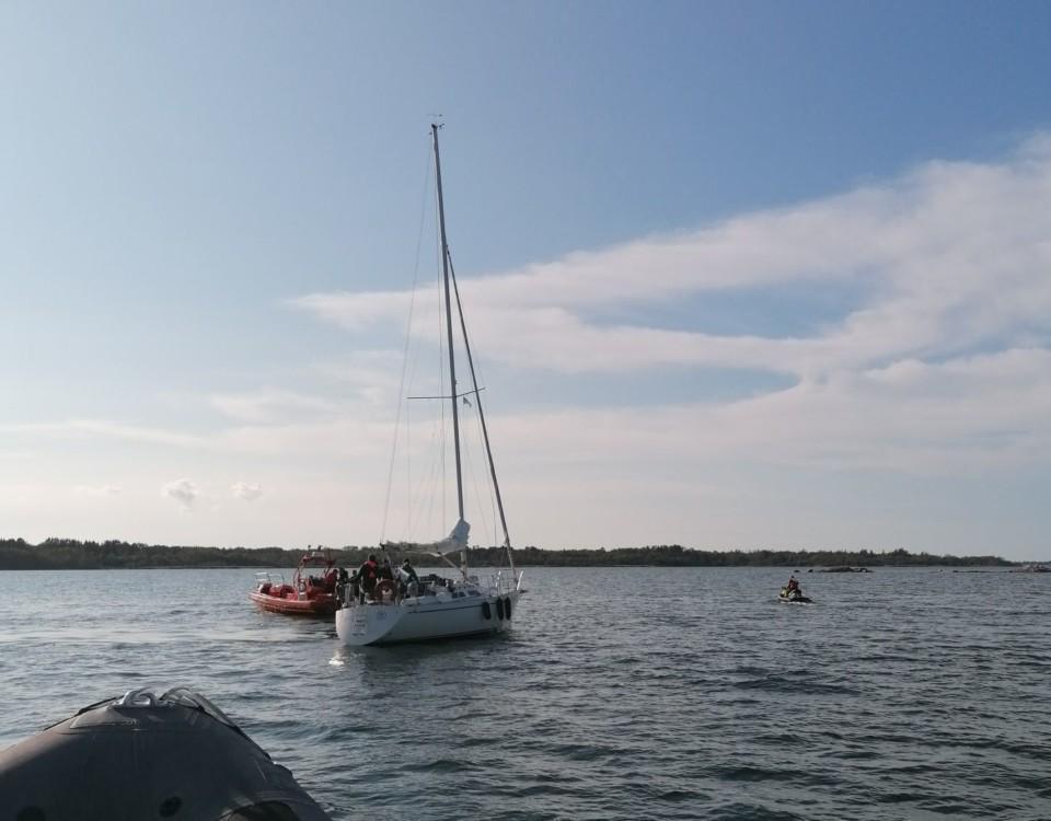 Segelbåt och räddningsenhetr.