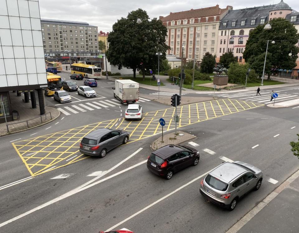 gula rutor målade på vägen i en trafikerad korsning