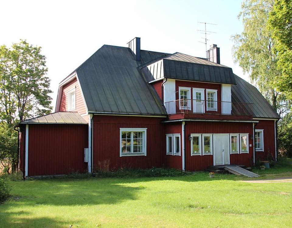 En stor rödmålad träbyggnad.