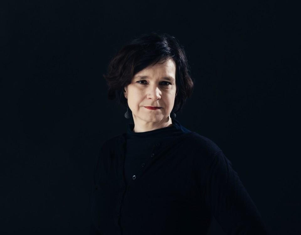 en kvinna framför svart bakgrund