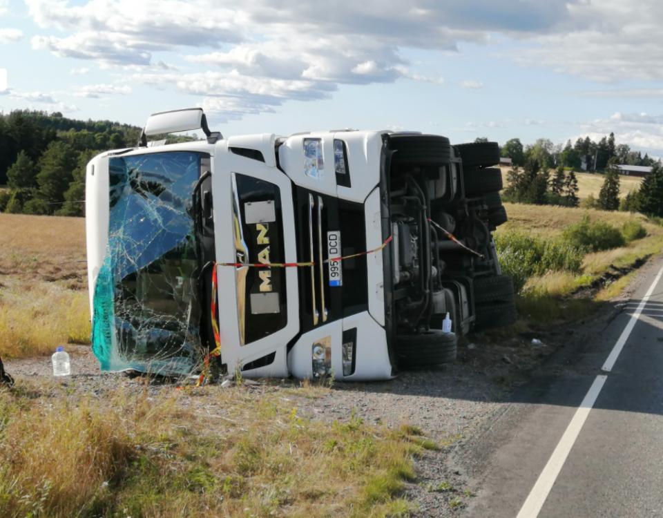 en lastbil som fallit omkull