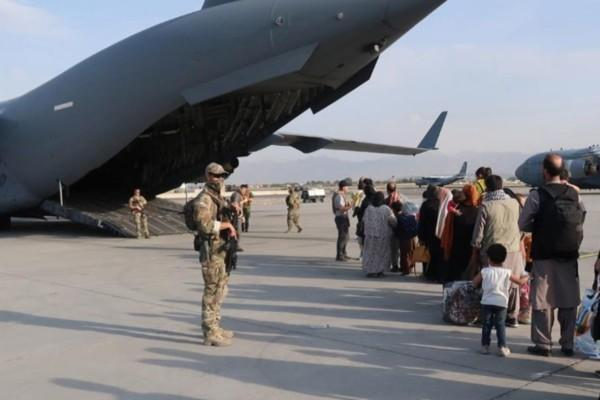 ett flygplan och en soldat och många andra
