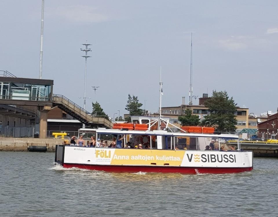 en båt på sjön med människor i