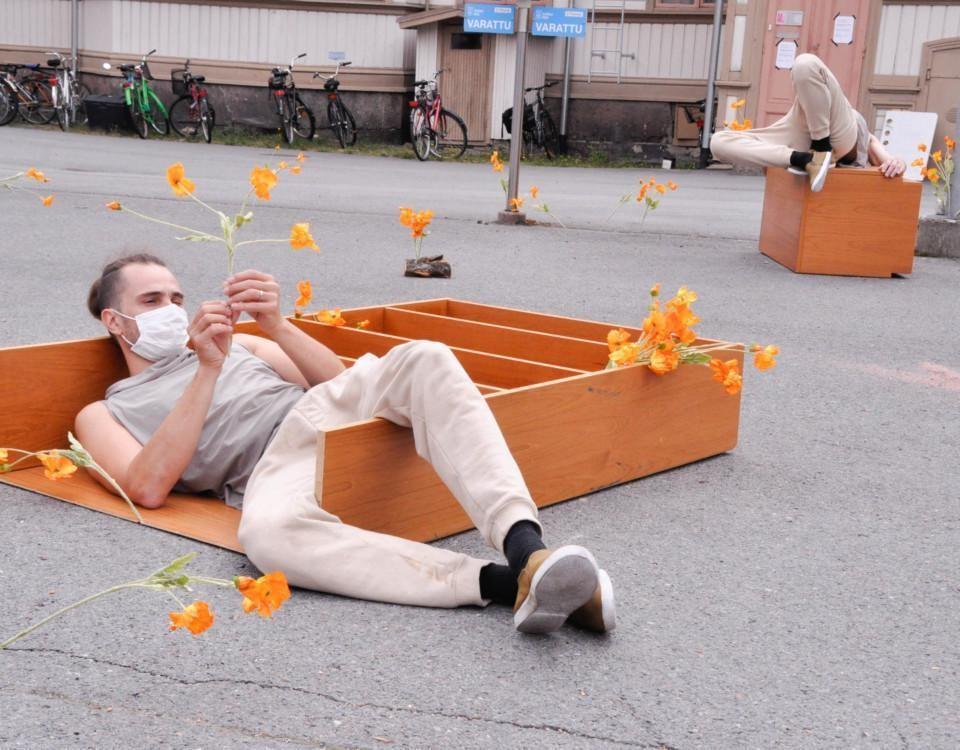 en man ligger och pillar på en blomma