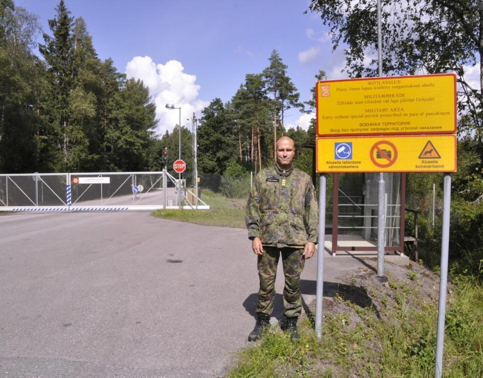 En soldat står utanför en port