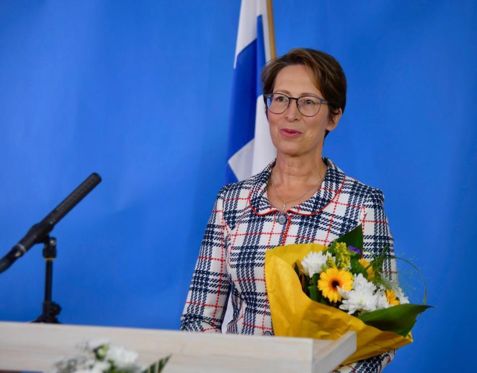 en kvinna står i en talarstol