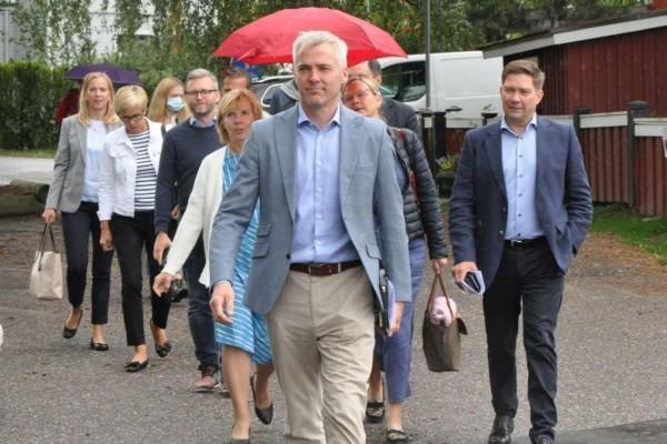 SFP-politiker spatserar i grupp