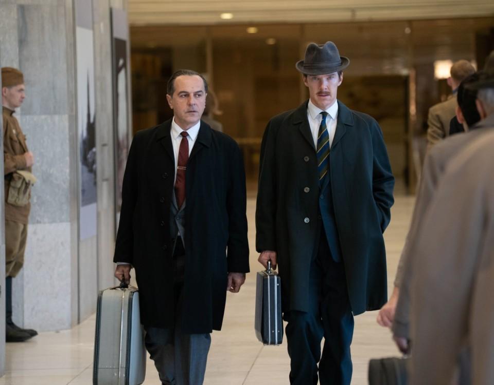 Två män i kostymer bär på portföljer.