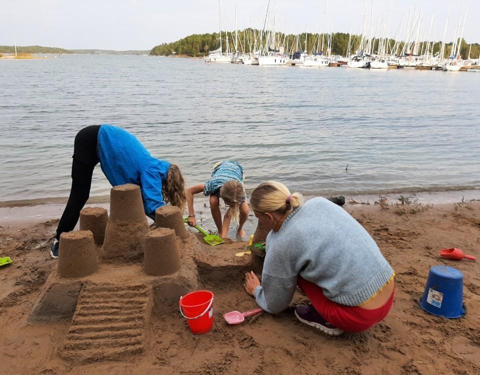 barn bygger ett sandslott
