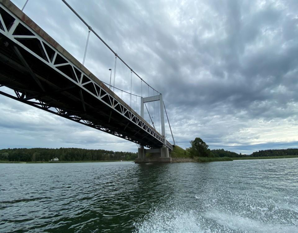 en bro fotad underifrån