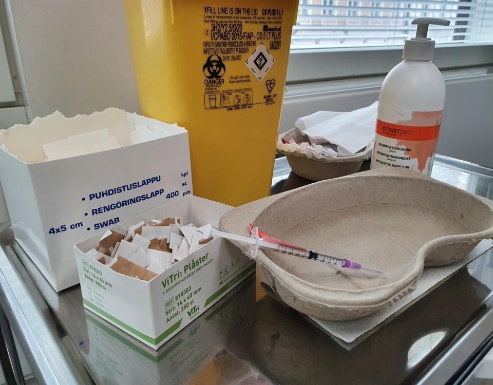 vaccinspruta o utrustning på ett bord