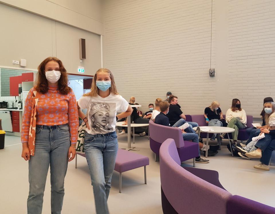 två unga kvinnor med munskydd
