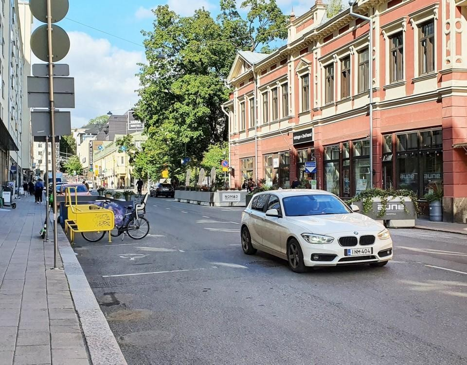 En vit BMW som kör på Kristinegatan.