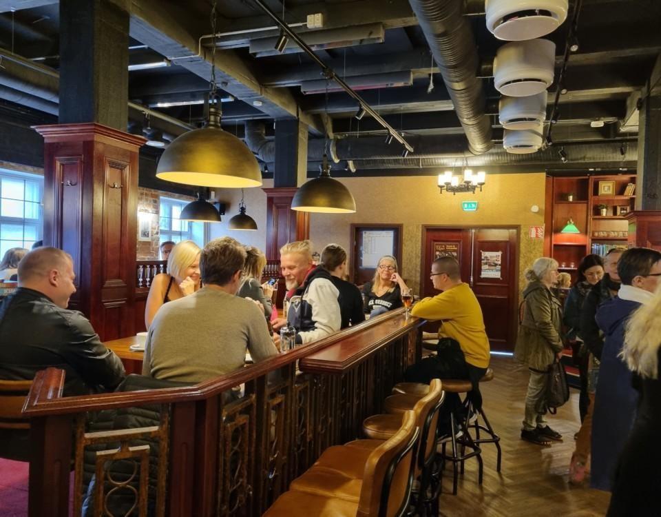 människor vid en bar