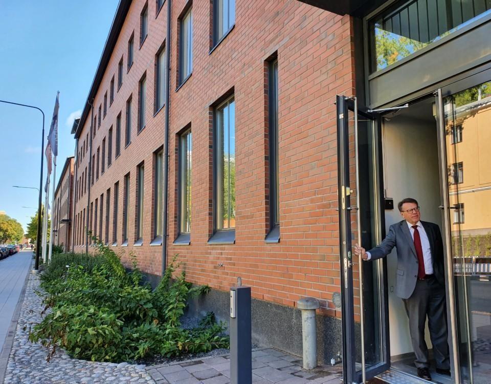 rödbrun tegelbyggnad i flera våningar