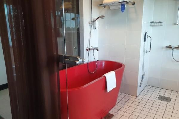 Ett rött badkar.