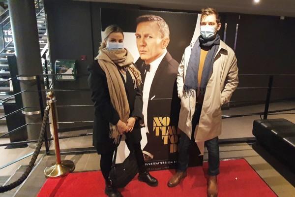 Aro och Salminen framför en pappreklam för James Bond-filmen.