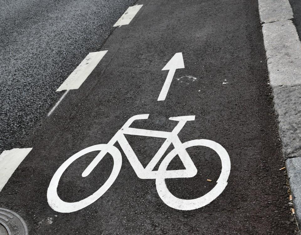 cykelväg ritaad på asfalt