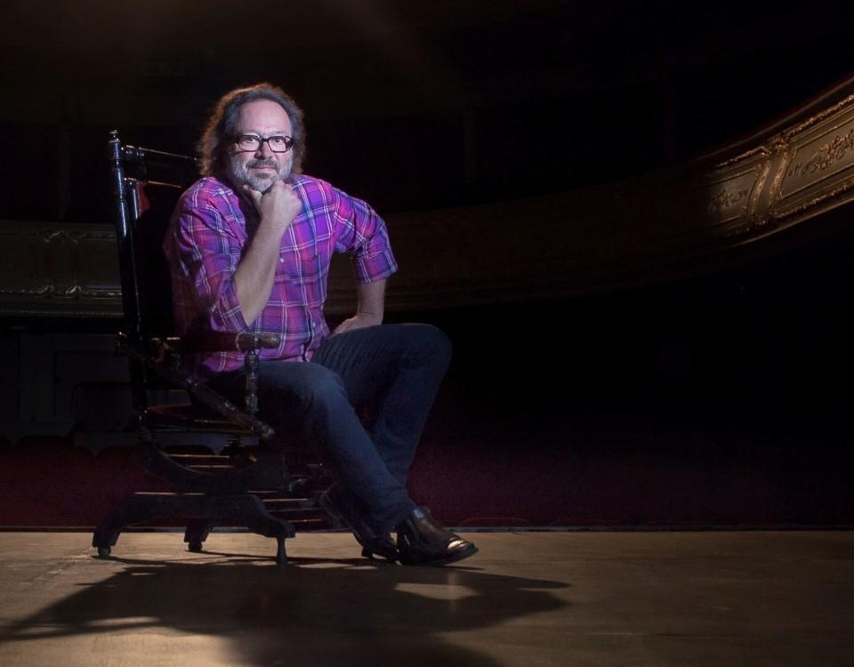en man sitter på en scen