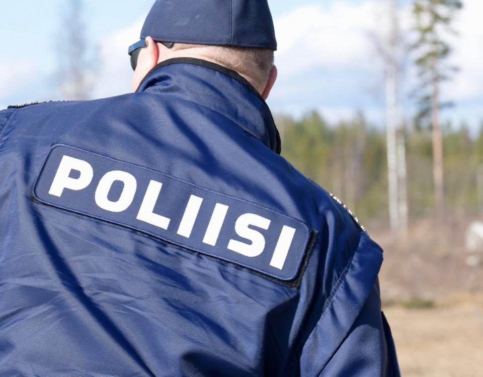 en rygg med polisuniform på