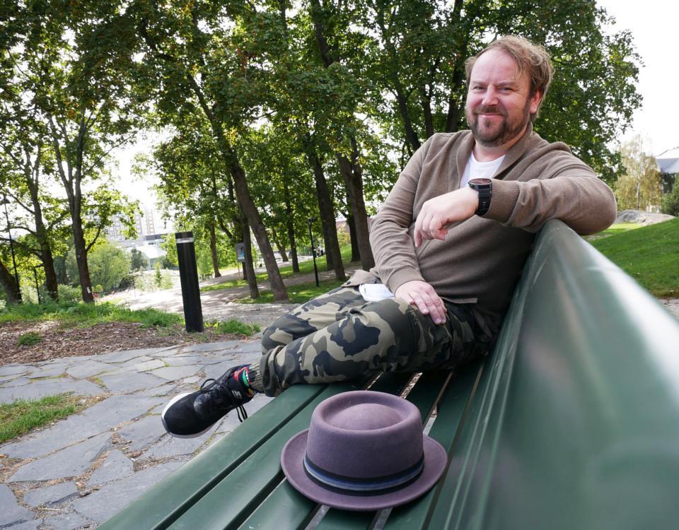 man på en bänk i en park