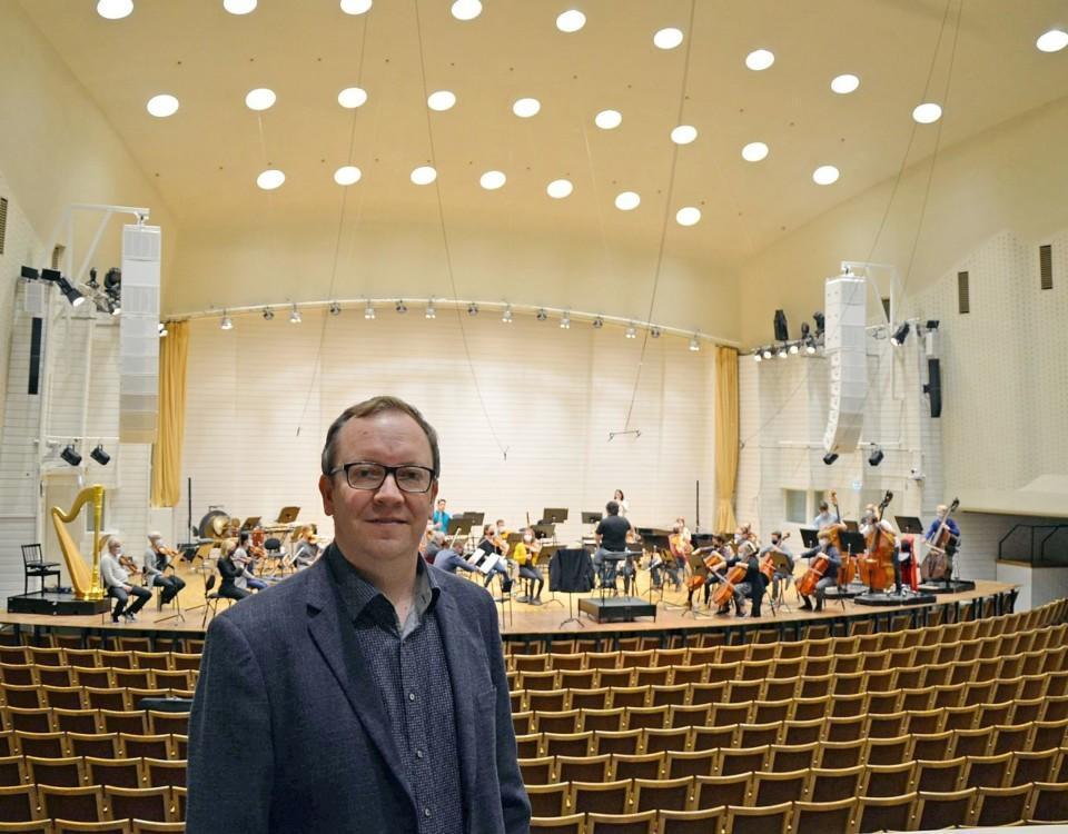 Man står stor konsertsal där musiker övar
