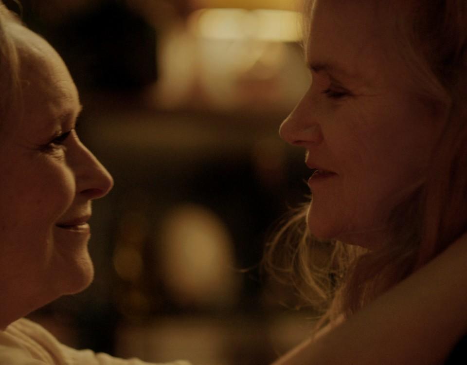 två kvinnor som ser på varandra