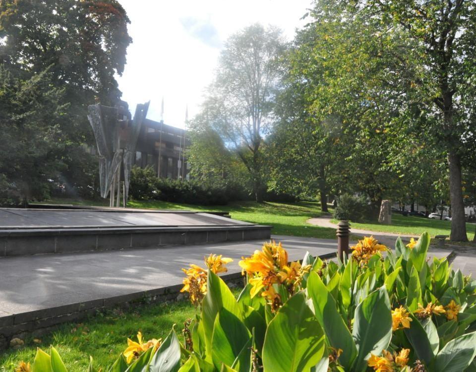 En park med monument