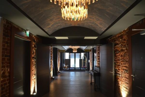 En upplyst korridor i ett hotell.
