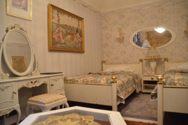 Ett hotellrum inrett i gammaldags stil.